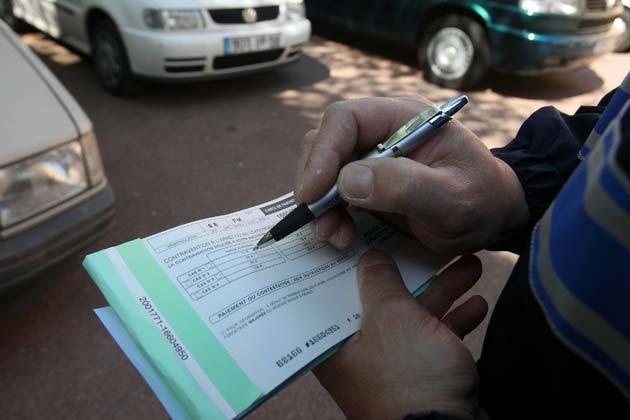 Policier entrain de remplir des amendes