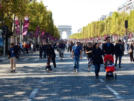 Dimanche sans voitures sur les Champs-Elysées