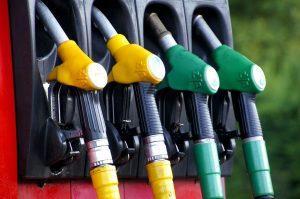 pompe à essence rouge, jaune, verte pour carburant