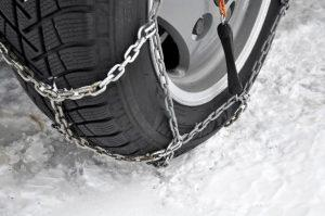 des chaines autour d'un pneu contre la neige